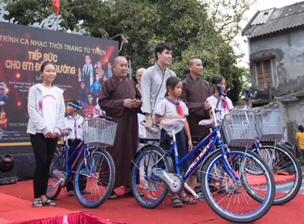 Á vương Hoàng Phi Kha trao tặng 52 xe đạp trong đêm nhạc từ thiện ở Huế